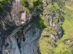 Posisi batu yang seolah tergantung dari pinggir tebing