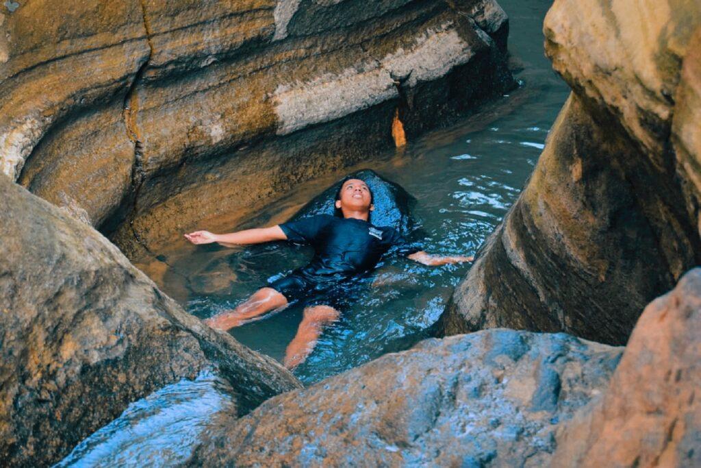 Berenang dan Body Rafting di Curug Love