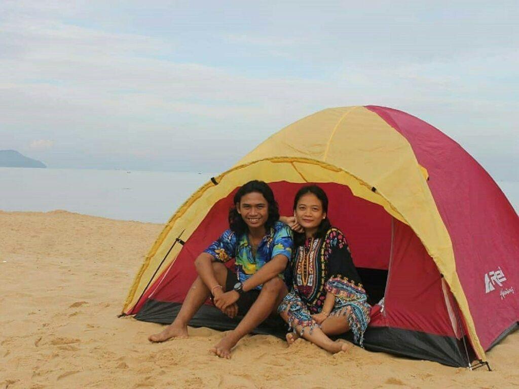 Mendirikan tenda di pasir tepi pantai Bajau