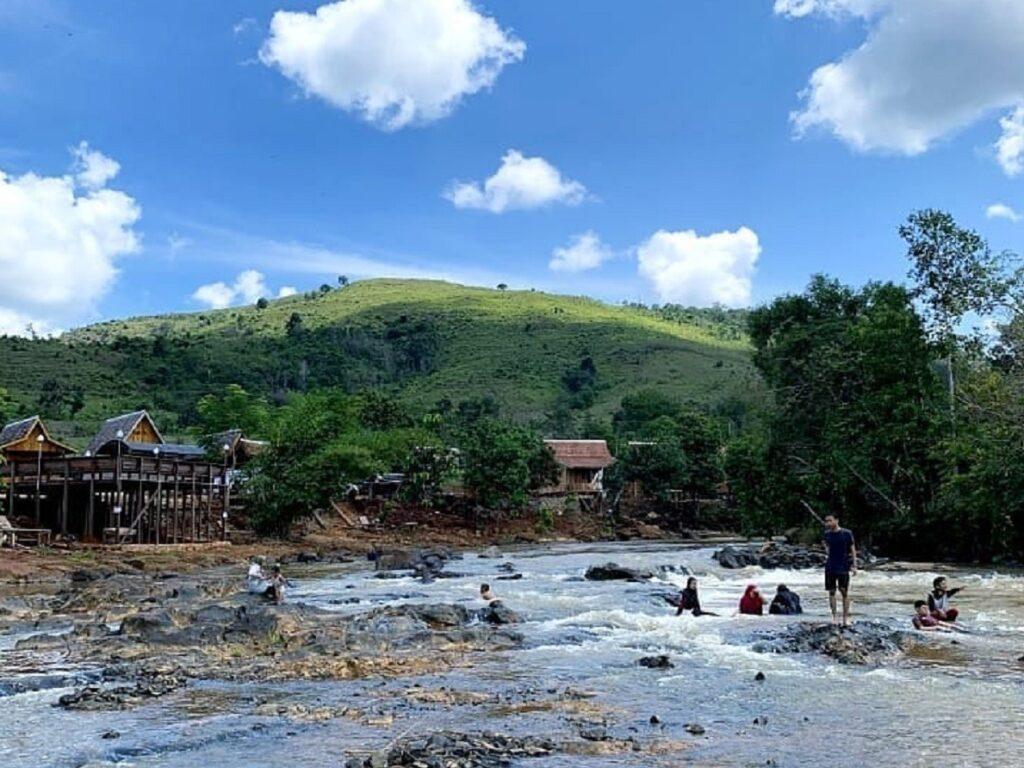 Bermain di anak sungai di Kiram Park Banjar Kalimantan Selatan - nitajafraa_