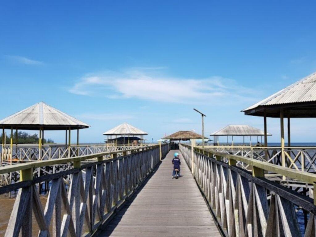 Dermaga pintu masuk Pantai Mutiara Indah