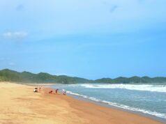 wisatawan bersantai di tepi pantai soge