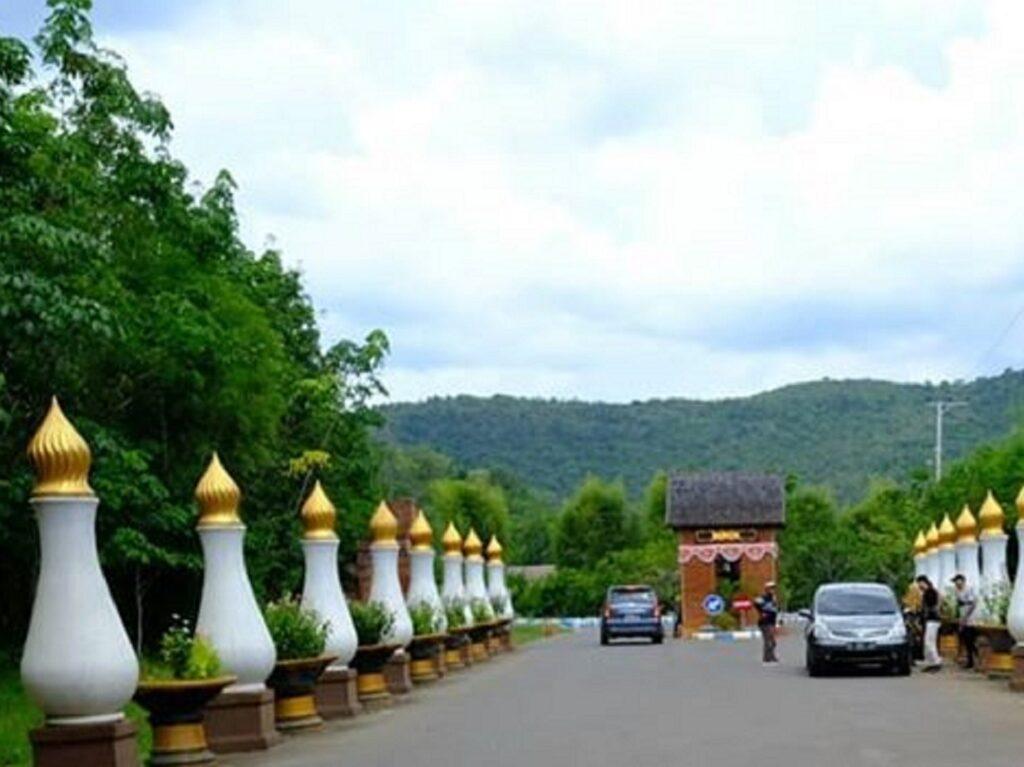 Gerbang masuk di Kiram Park Banjar