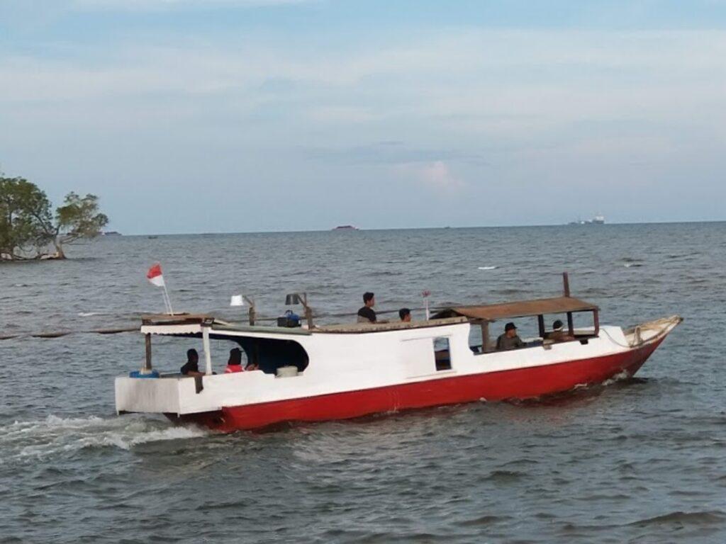 Perahu melaju di atas air