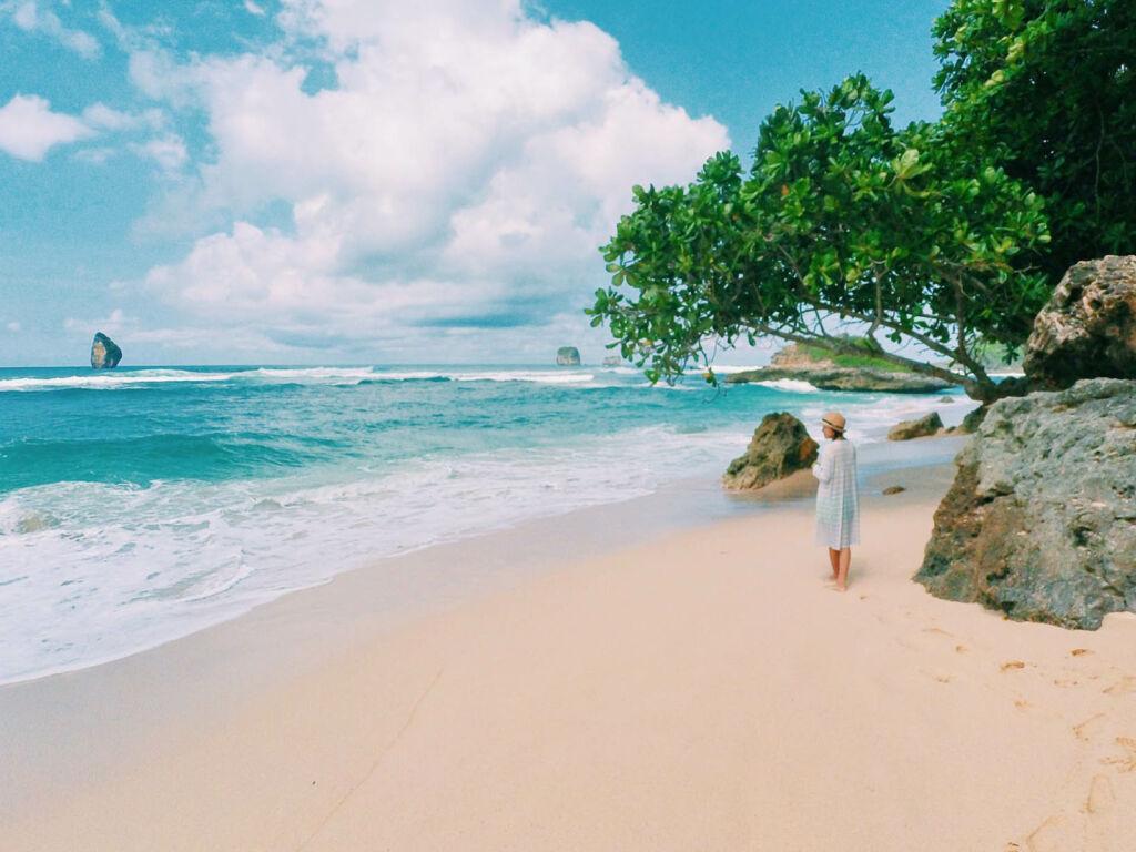 keindahan pasir putih dan laut biru pantai watu leter
