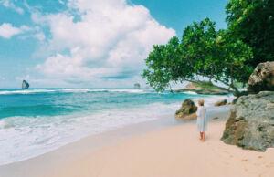 keindahan pasir putih dan laut biru di pantai watu leter