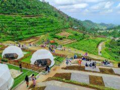 tenda-tenda di lereng bukit hijau