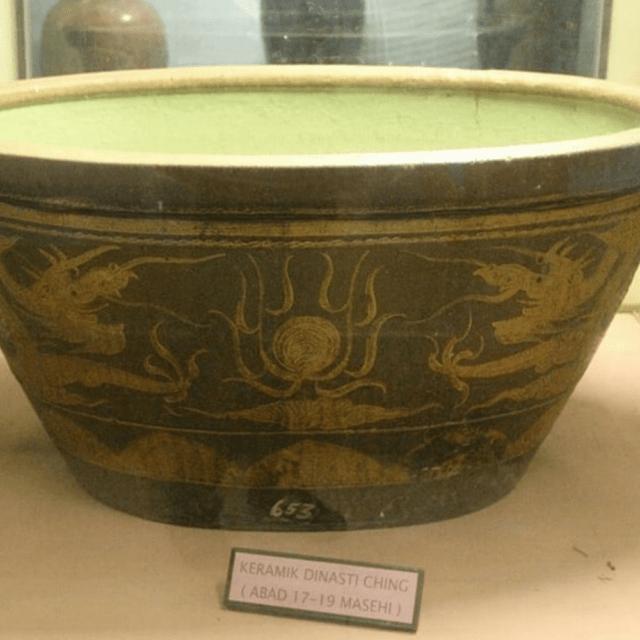 Keramik berbentuk mangkok bercorak khas China