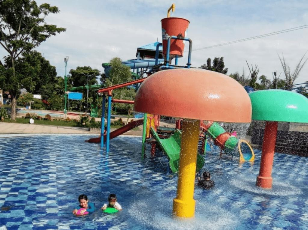 Kolam anak dan dekorasi berbentuk jamur warna-warni