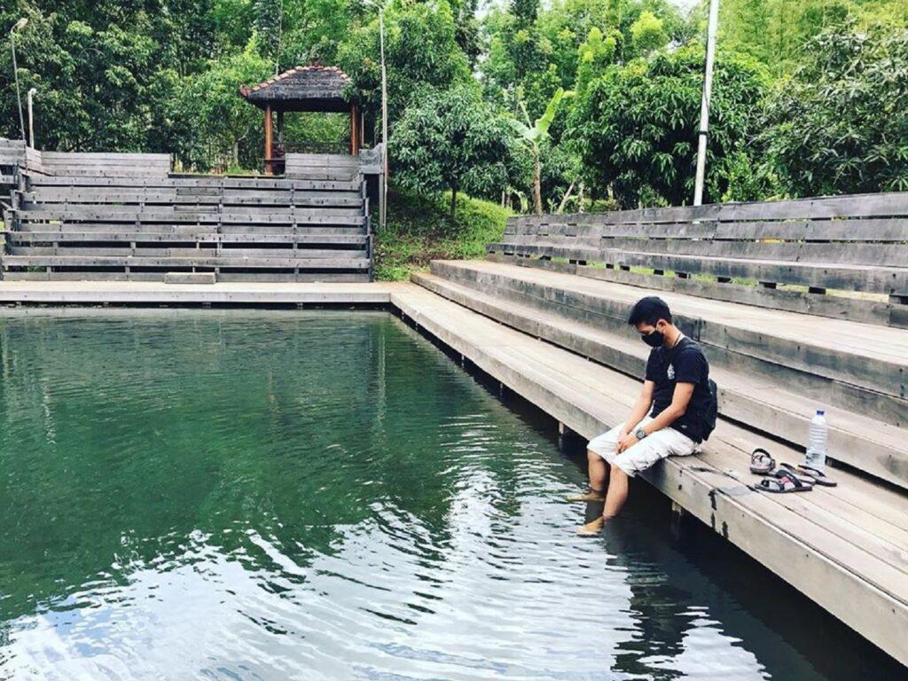Kolam jernih yang ada di dalam taman