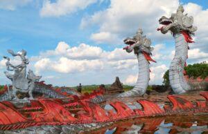 patung naga dan lembuswana di Pulau Kumala