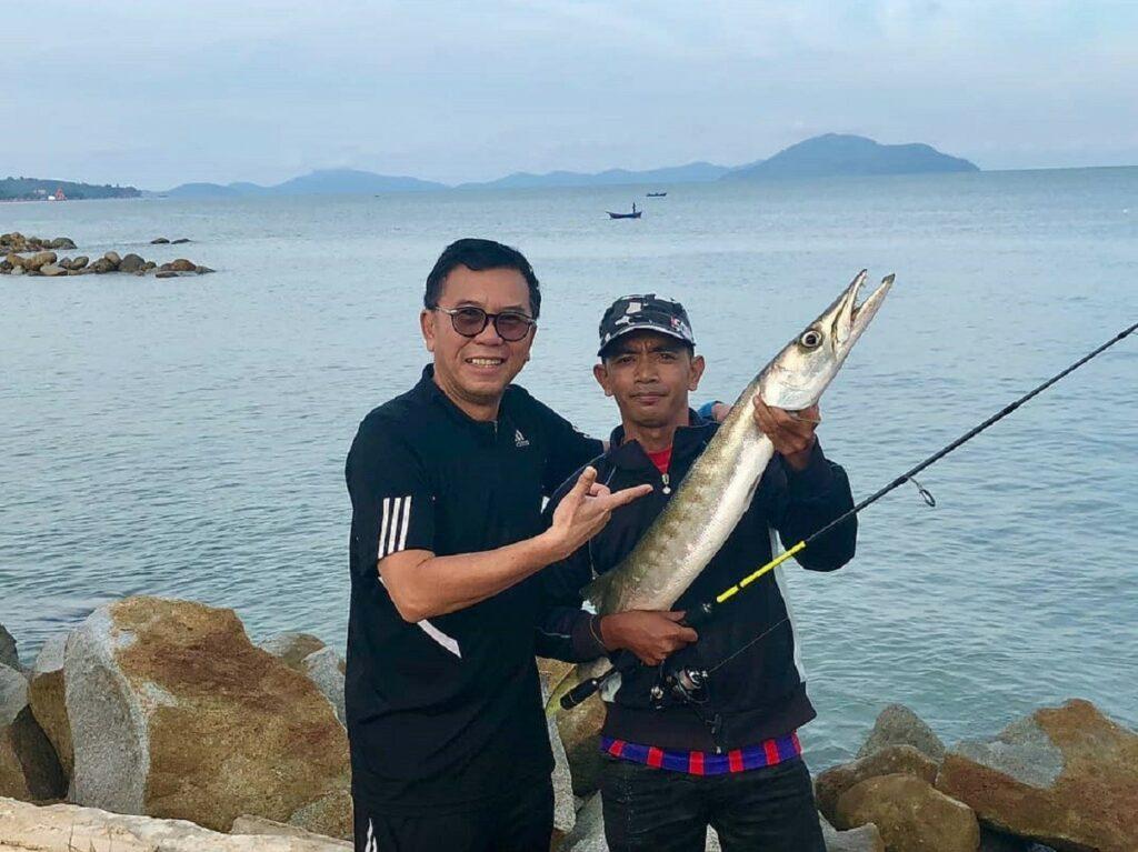 memancing di perairan sekitar bajau beach