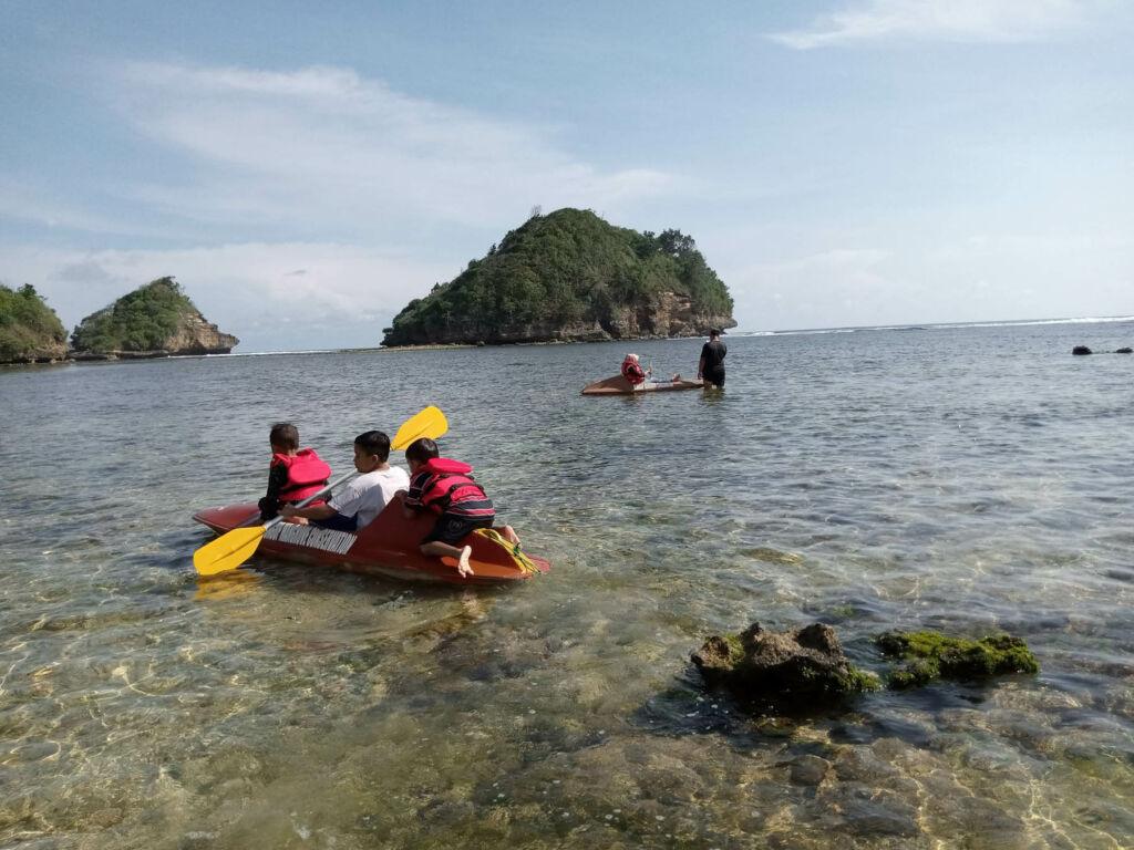 Bermain kano di area sekitar tepi pantai