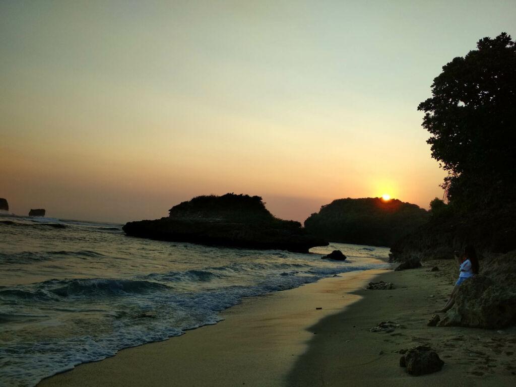 Sunrise di pantai watu leter