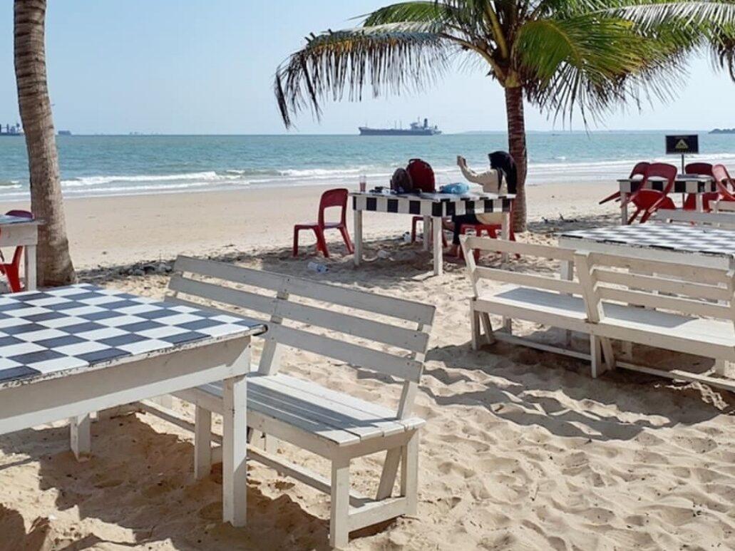 bangku-bangku dan meja pinggir pantai kemala