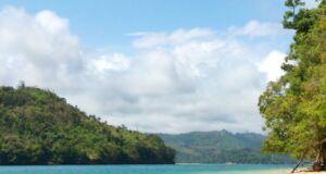 wisatawan sedang bersantai di atas pelampung di pantai sekitar pulau sempu