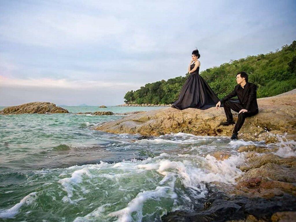 Pemotretan pranikah di karang tepi pantai bajau