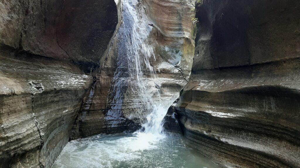 Sungai yang Diapit oleh Dinding Batu Berkelok