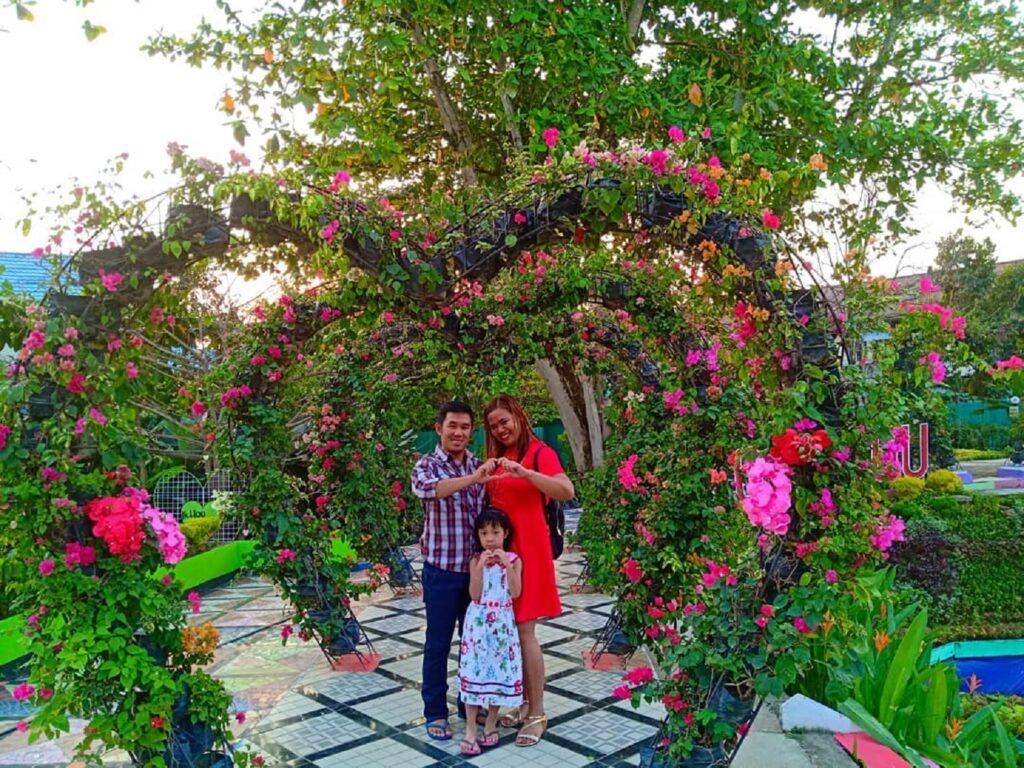 taman bunga berbentuk love di Serantung Water Park
