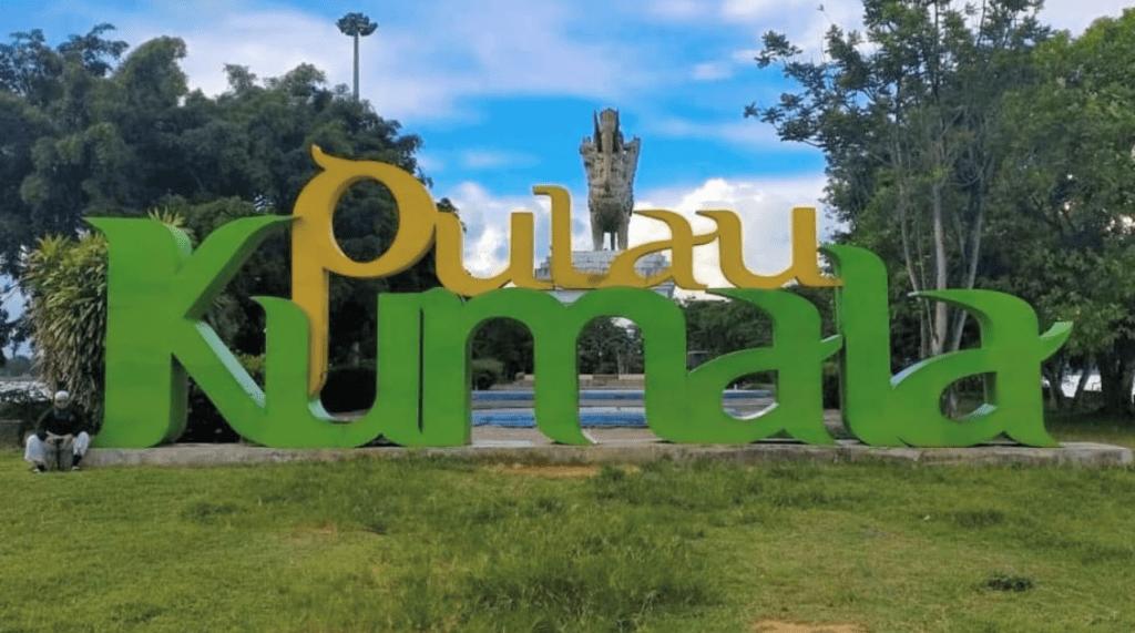 Billboard bertuliskan Pulau Kumala