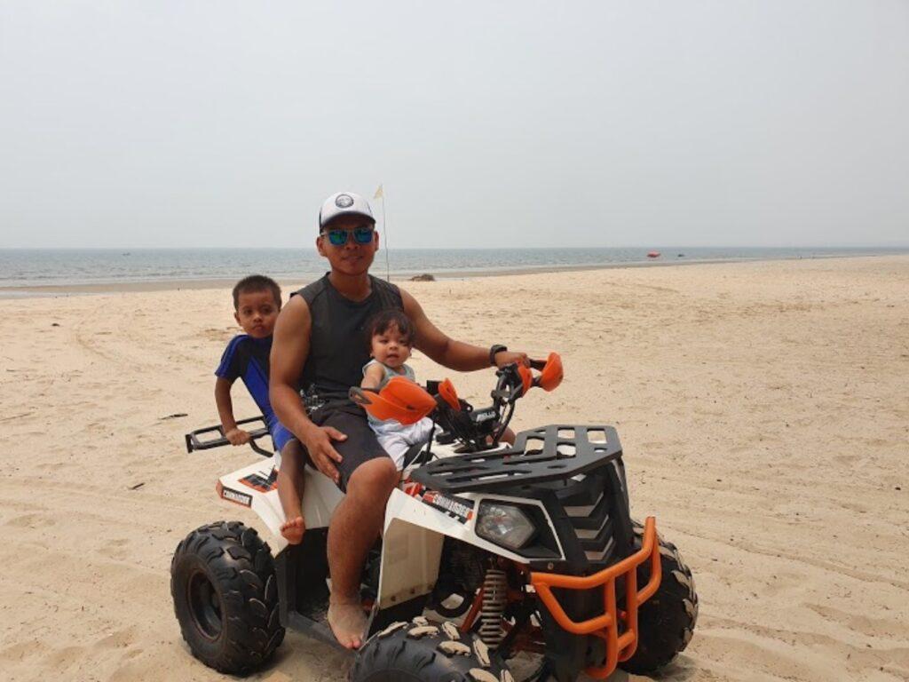 Pengunjung yang menyewa wahana ATV