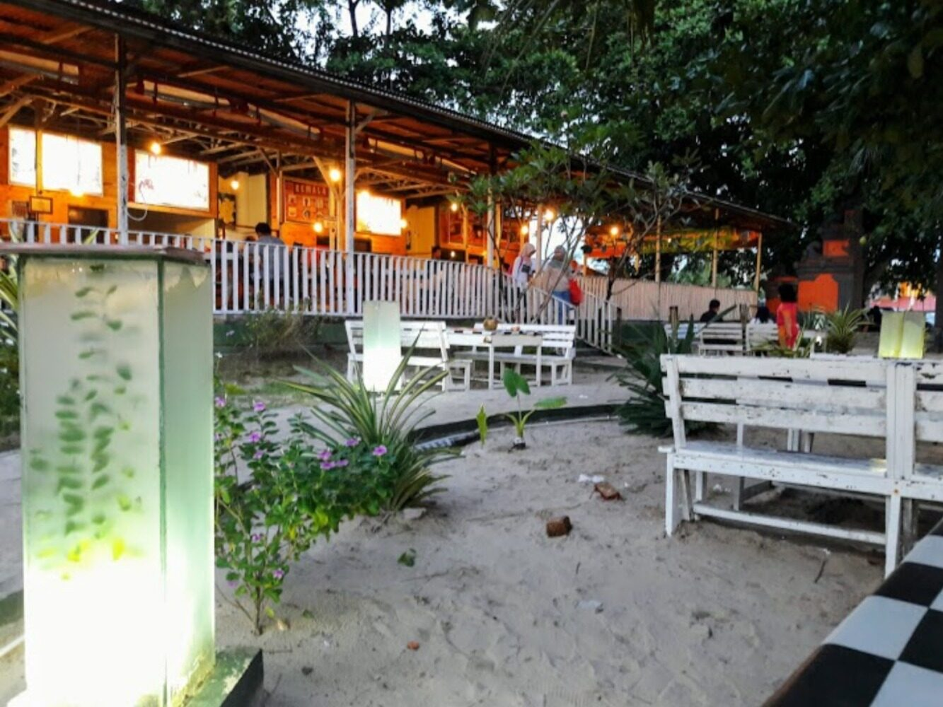 Cafe dan restoran di tepi pantai kemala