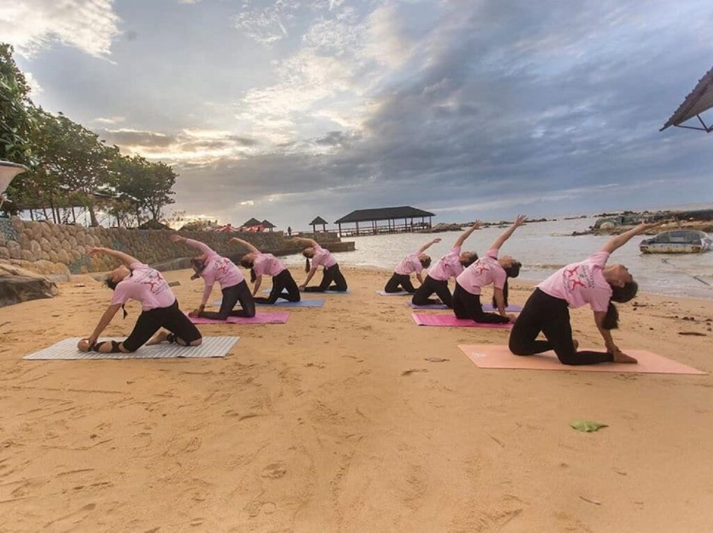 Berolahraga yoga di tepi pantai