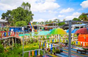 area serantung water park dengan ornamen hiasan warna-warni