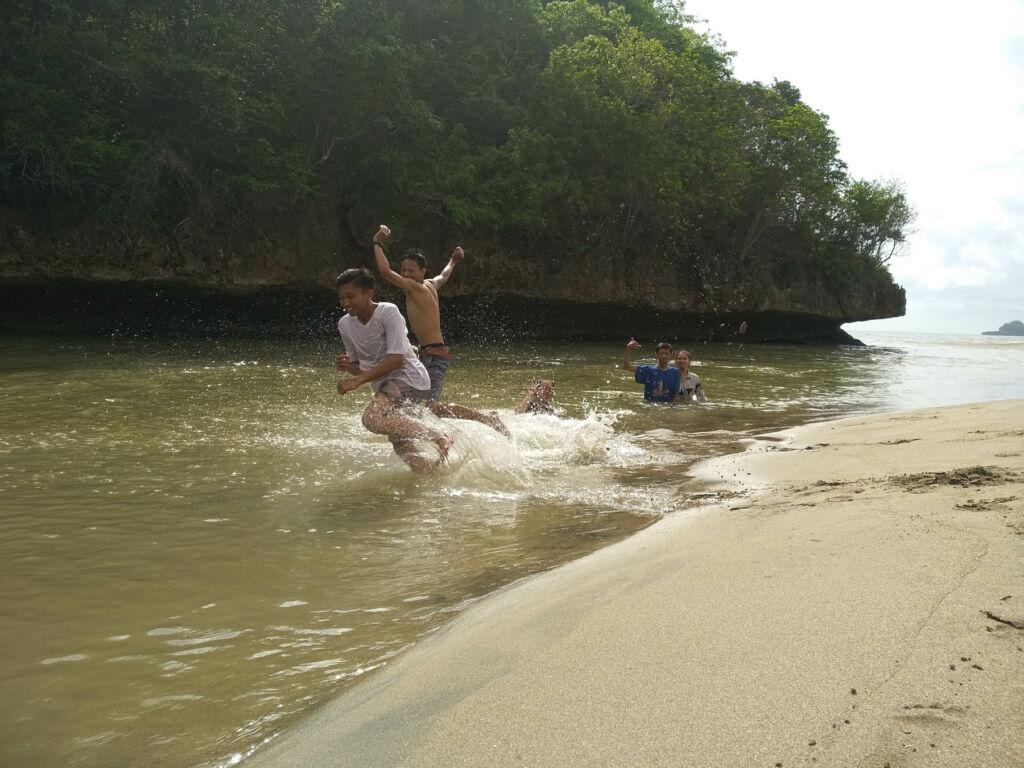 Berenang di muara pantai ungapan