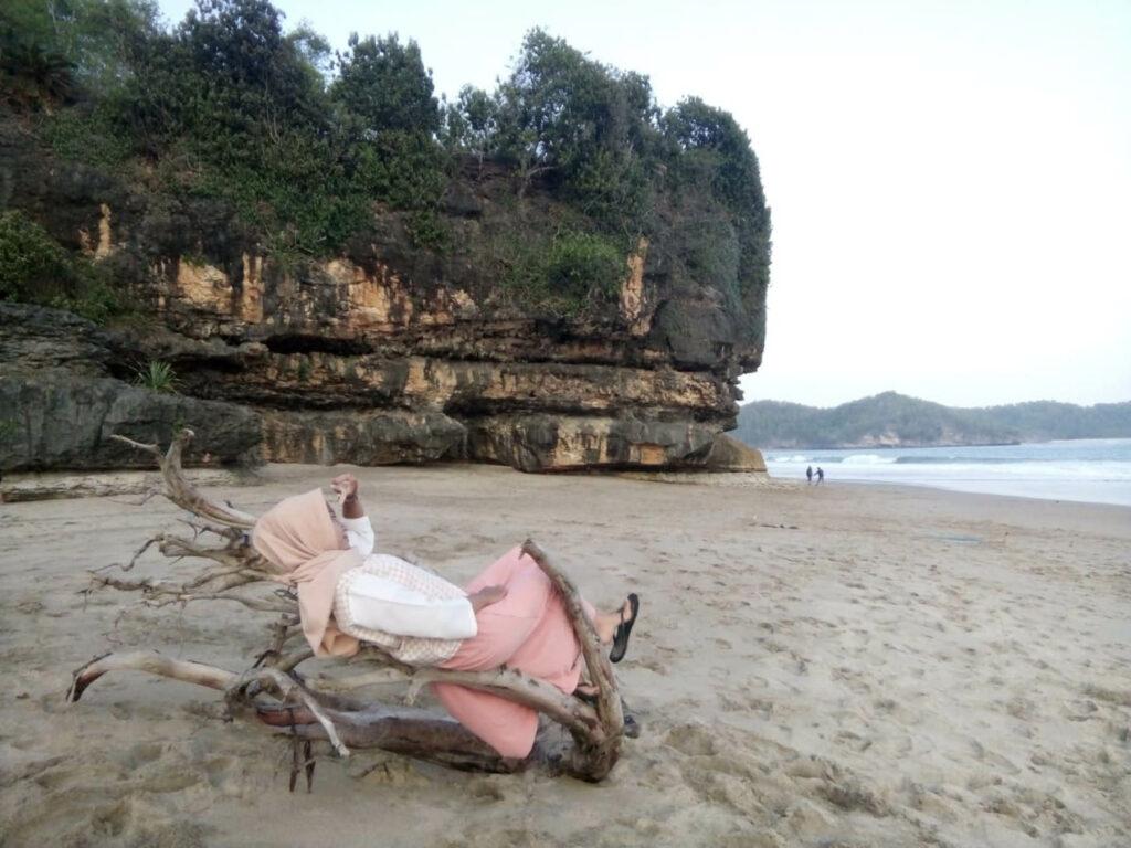 Berfoto ria di pantai soge