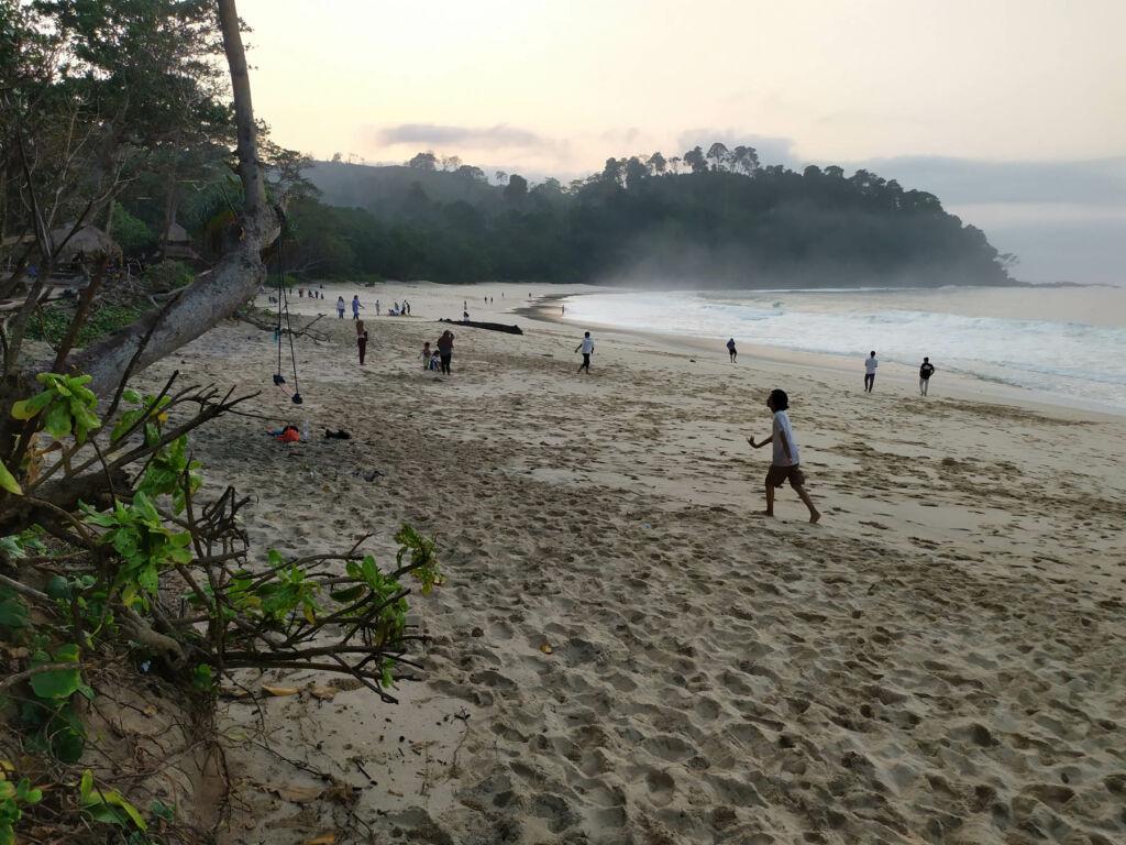 Melakukan aktivitas di bibir pantai