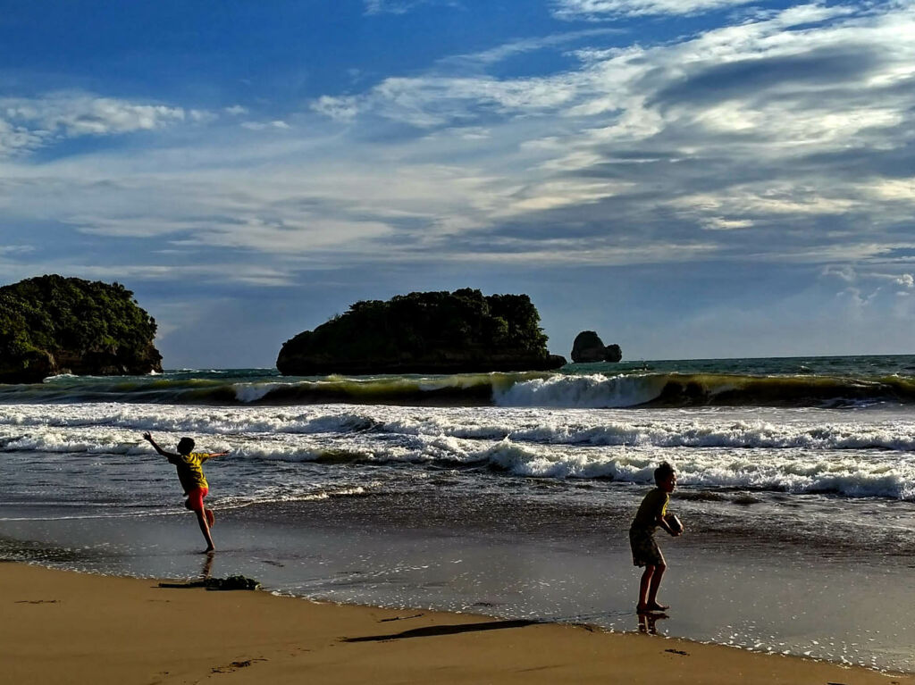 Bermain di tepi pantai yang luas