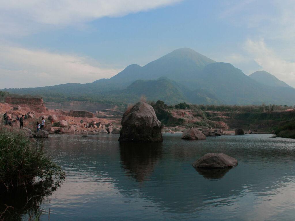 Danau yang terbentuk akibat genangan air hujan