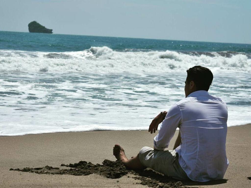 Bersantai di bibir pantai