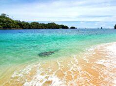 gradasi warna air laut yang cantik di Pantai Tiga Warna