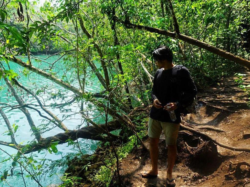 Menjelajahi hutan di pulau sempu