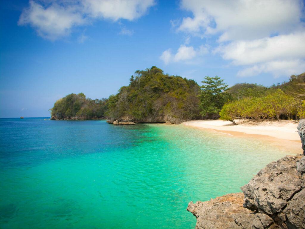 gradasi warna air laut pantai membentuk 3 warna