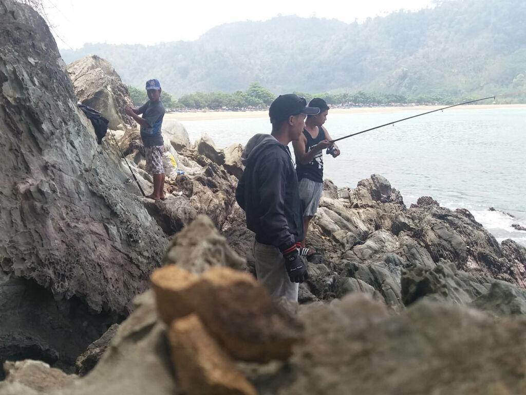 Memancing di area sekitar pantai