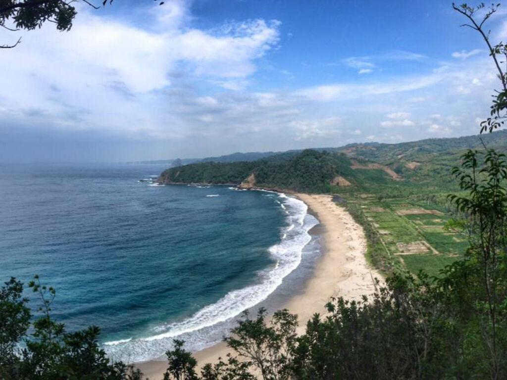 panorama bentang alam tepi pantai yang mempesona