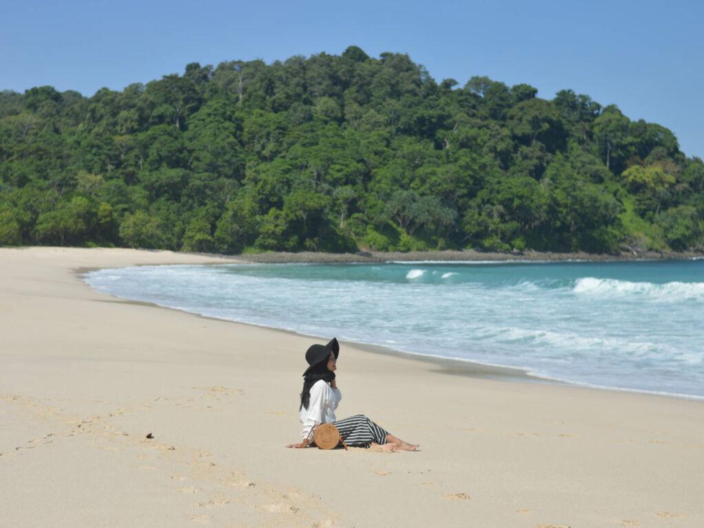 Duduk-duduk di pasir pantainya yang lembut