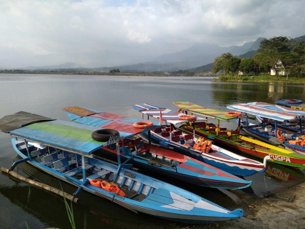 Perahu-perahu yang akan mengantar pengunjung mengelilingi waduk