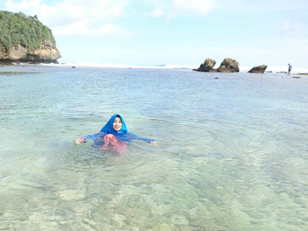 Berenang di tepi lautan