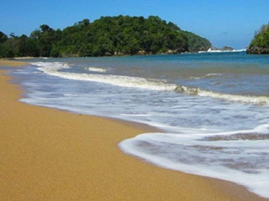 Pulau karang yang terlihat di pantai kondang merak