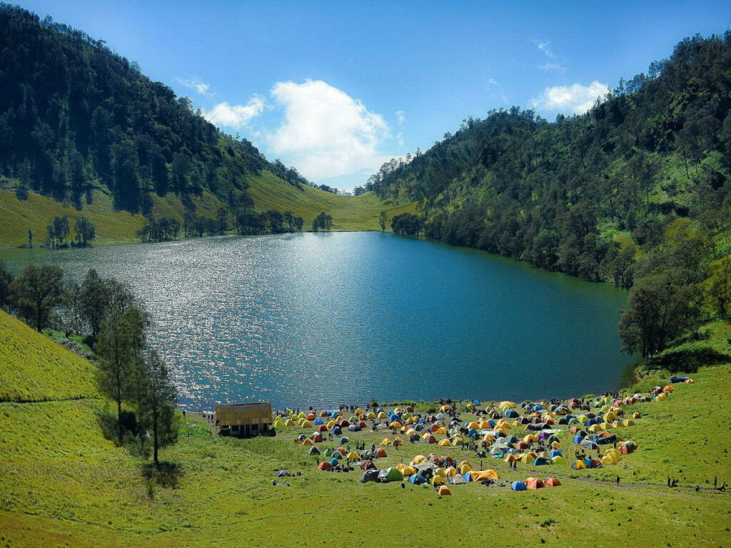 Pengunjung berkemah di tepi danau Ranu Kumbolo