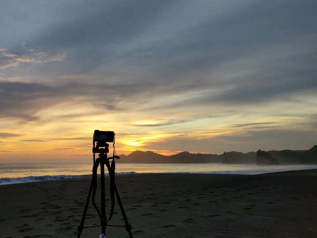 pesona keindahan langit berwarna keemasan di kala sunset