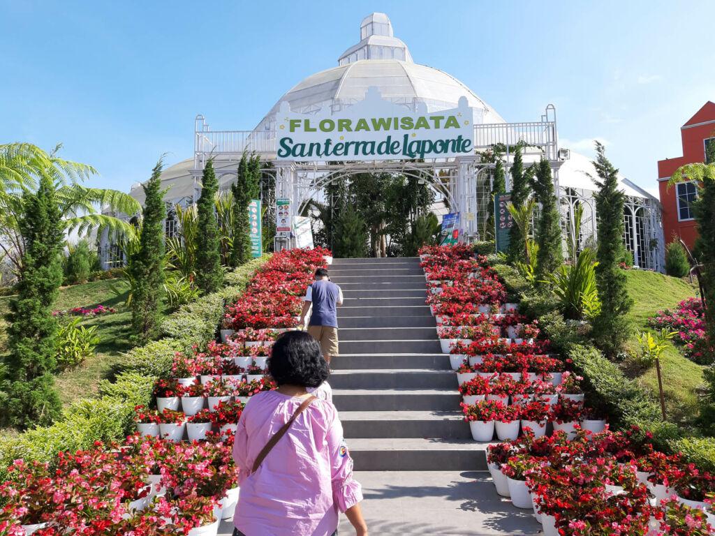Pintu masuk Flora Wisata San Terra dengan tangga penuh bunga