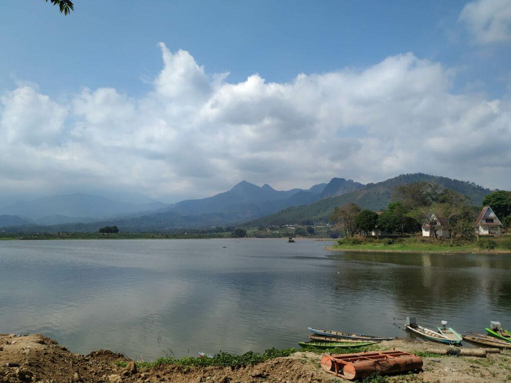 pemandangan danau berlatar pegunungan