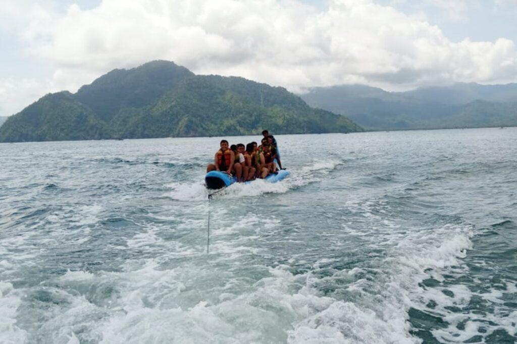 pengunjung mencoba wahana banana boat di Pantai Mutiara Trenggalek