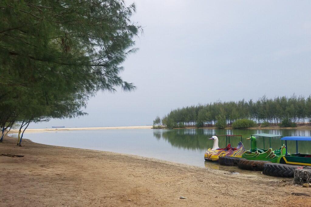 barisan sepeda air di pinggir laguna