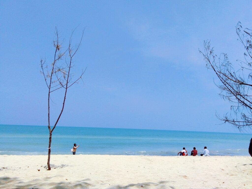 birunya air laut berpadu dengan hamparan pasir putih